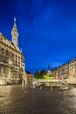 亚琛城镇厅和喷泉在晚上,社论 库存图片
