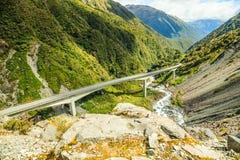 亚瑟` s在Otira高架桥,亚瑟` s通行证国家公园,坎特伯雷,新西兰的通行证高速公路美好的监视视图  免版税图库摄影