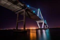 亚瑟Ravenel小桥梁在奇迹途中的晚上在查尔斯顿, 免版税库存照片