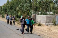 亚的斯亚贝巴,埃塞俄比亚, 2014年1月30日,步行沿着向下ro的女孩 免版税库存照片