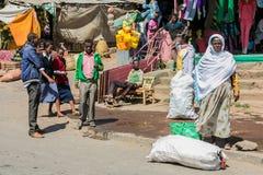 亚的斯亚贝巴,埃塞俄比亚, 2014年1月30日, A夫人和一些childre 库存图片