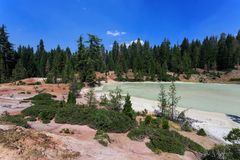亚硫的泥罐在拉森火山国家公园,加利福尼亚加点风景 免版税库存图片