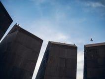 亚美尼亚种族灭绝与鸠的纪念复杂Tsitsernakaberd部份看法坐它, 免版税库存照片
