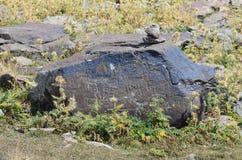 亚美尼亚,在高度的山高原3200米,石头是7世纪B的刻在岩石上的文字 库存图片