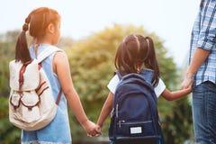 亚裔一起上学的母亲和女儿 免版税库存图片