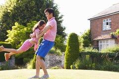 亚裔一起使用在夏天庭院里的父亲和女儿 免版税库存照片