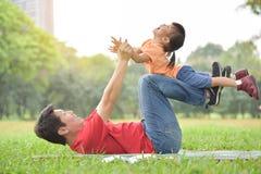 亚裔一起使用父亲和他的女儿 免版税图库摄影