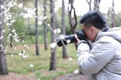 亚裔中国人摄影师本质上 免版税图库摄影