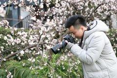 亚裔中国人摄影师本质上 免版税库存照片