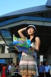 亚裔中国女孩小失去的游人 免版税库存图片