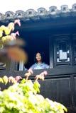 亚裔中国女孩画象传统礼服的,佩带蓝色和白色瓷样式Hanfu,在楼上赢取前面的立场 库存照片