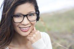 亚裔中国妇女女孩佩带的怪杰玻璃 免版税库存照片