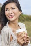 亚裔中国妇女女孩饮用的咖啡外面 免版税库存图片