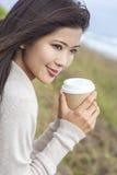 亚裔中国妇女女孩饮用的咖啡外面 免版税库存照片