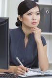 亚裔中国妇女或女实业家在办公室 库存照片