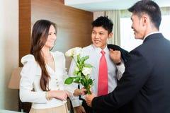 亚裔中国旅馆经理欢迎VIP客人 免版税图库摄影
