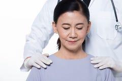 亚裔中间60s健康的年龄妇女耐心检查 库存照片