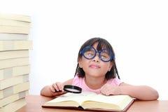 亚裔书女孩一点读取 免版税库存图片