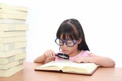 亚裔书女孩一点读取 图库摄影