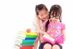 亚裔书女孩少许读取学员 免版税库存图片