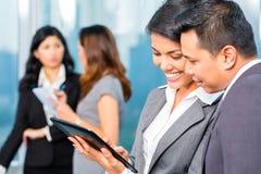 亚裔买卖人开会议在办公室 免版税库存图片