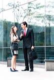 亚裔买卖人谈话与手机外面 库存照片