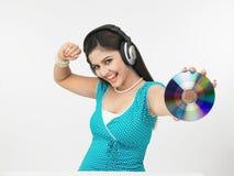 亚裔享用的音乐妇女 免版税库存图片