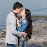 亚裔亲吻在具体码头的女孩和欧洲人 免版税图库摄影