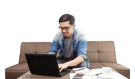 亚裔人微笑和使用膝上型计算机的为工作或sufing的互联网 库存图片