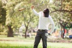 亚裔人恼怒的高尔夫球运动员 免版税图库摄影