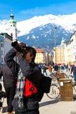 亚裔人拍一张照片有阿尔卑斯背景 免版税图库摄影