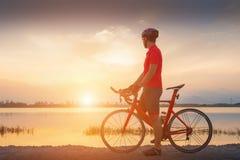 亚裔人是自行车道自行车早晨 免版税库存照片