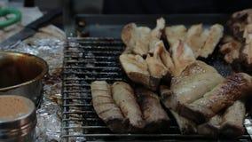亚裔人民买的蘑菇BBQ在Jiufen老街道上夜市  影视素材