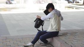 亚裔人自由职业者来为在膝上型计算机的工作停放 股票录像