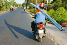 亚裔人,运输,危险,摩托车 免版税库存照片