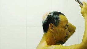 亚裔从阵雨和手洗涤的头发的人湿水的侧面在卫生间内 股票视频