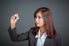 亚裔企业女孩在天空中写 免版税库存照片