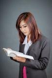 亚裔企业女孩读了一本书 免版税库存图片