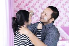 亚裔使用与蜡笔的人和她的女儿 免版税库存图片