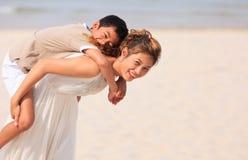 亚裔使用在海滩的妈妈和儿子 免版税库存照片