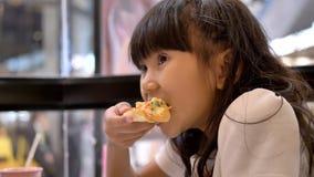 亚裔儿童女孩享用比萨 股票录像