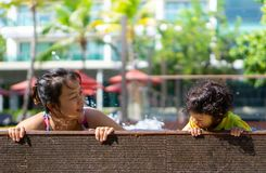 亚裔儿童男孩学会在一游泳场的游泳有妈妈的 免版税库存照片