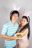 被刺穿的亚洲兔宝宝恋人举行复活节彩蛋。 库存图片