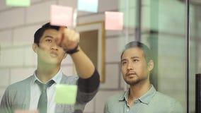 亚裔公司人民谈论事务在办公室 影视素材