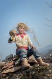 亚裔农村儿童运载的南瓜 免版税库存图片