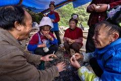 亚裔农民,农夫,村民,在火附近坐,在农村c 免版税库存图片