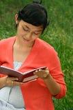 亚裔医疗怀孕的读的报表妇女 免版税库存图片