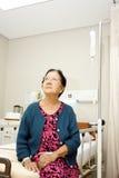 亚裔医院住院病人老病的妇女 库存图片