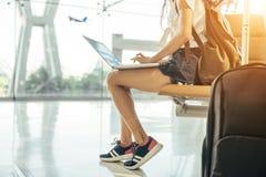 亚裔十几岁的女孩使用一台膝上型计算机检查电子邮件或社会网络 免版税库存图片