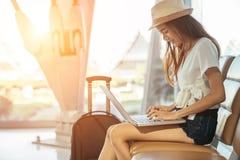 亚裔十几岁的女孩使用一台膝上型计算机检查电子邮件或社会网络 库存照片